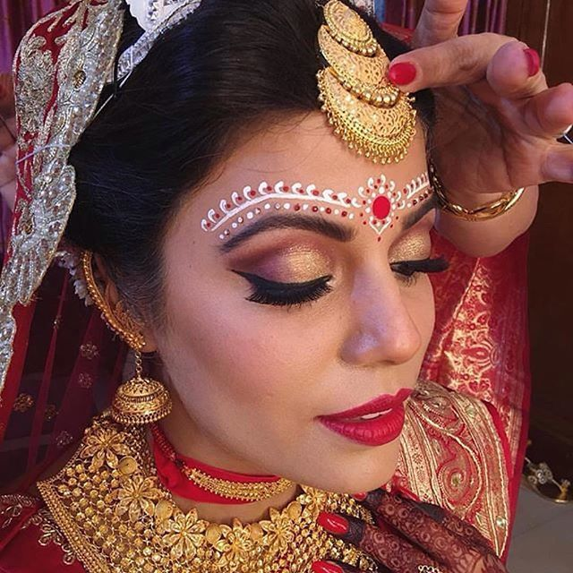 Reposting @sparklemyshaadi: We can't get over this enticing regal gold jewellery and the gorgeous look of the bride.  Makeup by @nivrittichandra  #indianwedding #indianbride #bengalibride #bridaljewellery #weddingphotography #weddingphotographer #makeupartist #makeup #bridalmakeup #bridalwear #bridalinspiration #weddingdiaries #weddinginspiration #weddingday #weddingdress #mukut #traditional #marriage #sparklemyshaadi