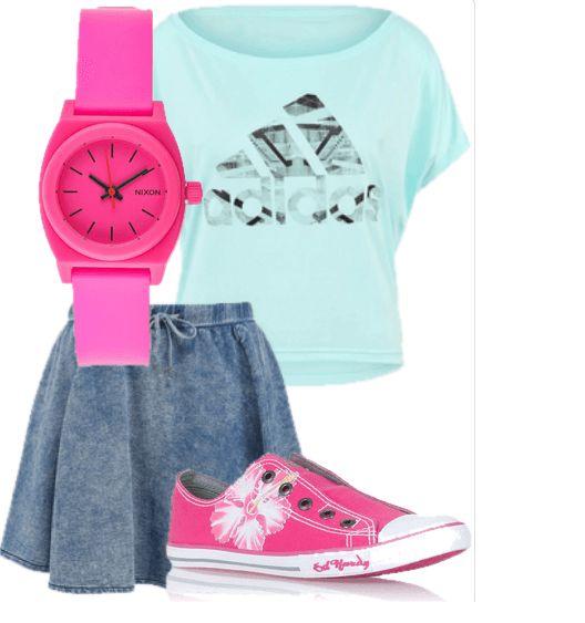 Голубая футболка с надписью, расклешенная юбка из вареной джинсы, розовые кеды и розовые часы