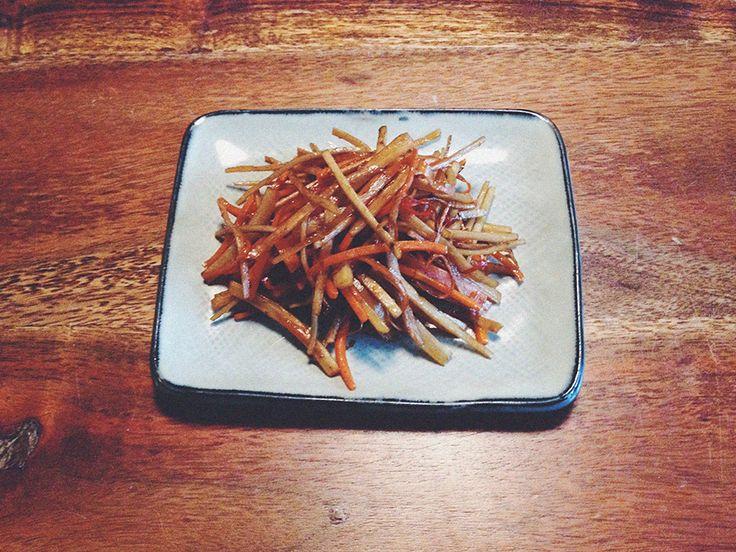 Kinpira (oder Kimpira) ist ein typische japanische Beilage, welche hauptsächlich ausWurzelgemüse wie Schwarzwurzel, Karotten,Lotus Wurzel o.ä. zubereitetwird. Hier wirddas Gemüse erst sautiert, dann gegart und süßpikant gewürzt. In diesem Rezept verwende ichSchwarzwurzel und Karotten.  Zutaten für 4 Personen:  Schwarzwurzel, 200 g Karotten, 100 g Rote Chili, 1 Stück Sesamöl, 1 EL Sojasoße, 2 EL Zucker, 2 EL   Zubereitung:  Schwarzwurzel und Karotten schälen und waschen. Dann in ca. 4…