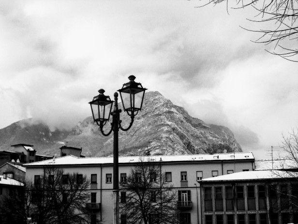 #Włochy #Lecco #Jezioro #Como #italia #italy #lombardia #alpy #północne #widok #krajobraz #romantycznie #miasto #zima #śnieg #latarnie