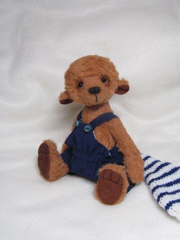 """R515 ,,Mirda"""" Medvídek je šitý z německé viskózy, je plněný dutým vláknem a ocelovým granulátem. Oči jsou skleněné. Medvídek není hračka,měří 15 cm."""
