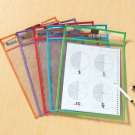 Doorzichtige hoezen. Je kunt werkbladen in deze doorzichtige hoezen steken en de leerlingen kunnen er met een whiteboard stift op schrijven. Erg handig!