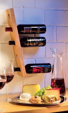 Für den gepflegten Weintrinker: ein Weinregal zum selbst bauen. Und beeindruckend ist es auch noch, denn die Flaschen schweben wie magisch an der Wand!