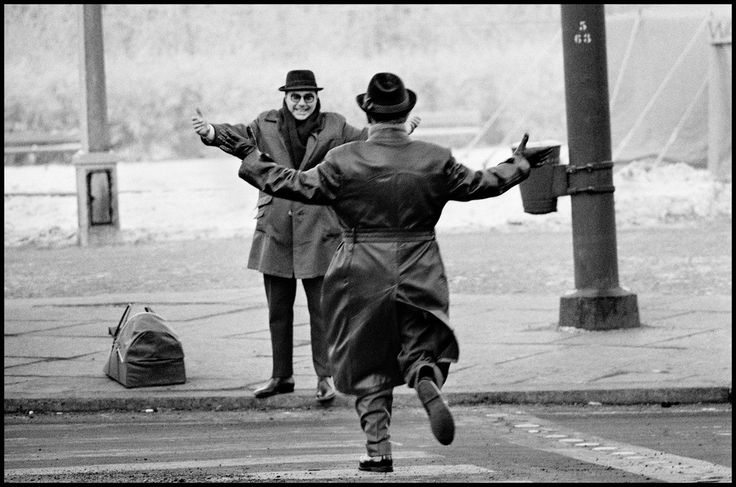 adreciclarte:  Ian Berry -Two brothers meet for Christmas time after being separated by the wall, West Berlin, 1963