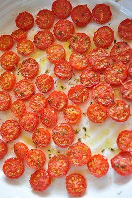 SUŠENÁ RAJČATA 500 g cherry rajčat 2 malé lžičky mořské soli 1/4 malé lžičky cukru 1 lžička sušeného tymiánu nebo rozmarýnu 2 polévkové lžíce olivového oleje Troubu předehřeji na 220 °C Rajčata rozkrájím na polovinu a řezem nahoru je naskládám do zapékací mísy. Osolím, posypu cukrem a kořením a pokapu olejem. Vložím do trouby, kterou vypnu po 5 minutách. Rajčata nechám v troubě přes noc. Pozor neotvírat dvířka!!