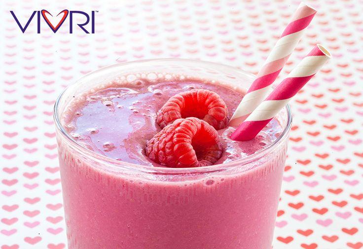 Berry Love Smoothie: 3 porciones de Shake Me! ™ sabor vainilla, 1/2 taza de fresas, 1/4 de taza de frambuesas, 1/4 de taza de cerezas, 1/4 de taza de zarzamoras, 1/4 de taza de arándanos, agua y mucho hielo. #VIVRI #smoothie #ShakeMe #yummy #delicious #nutrición
