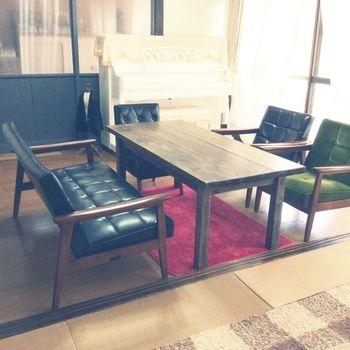 色違いで並べたカリモクのソファにウォルナットのダイニングテーブルが、まるでカフェのソファ席のよう。