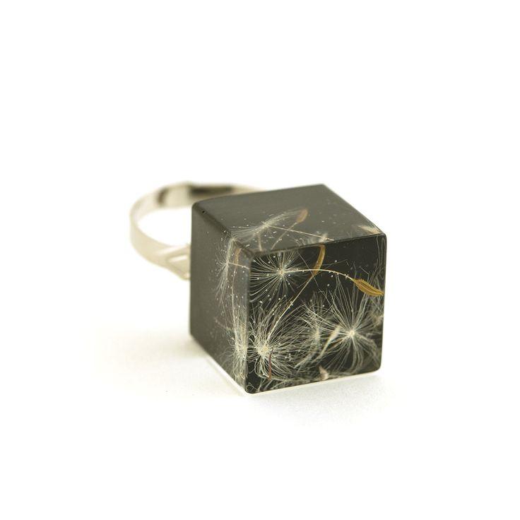 Bague poétique cube en résine avec illusion d'optique et des inclusions de graines séchées de pissenlitMesure+ Dimension du cube environ 16 x 16mm+ Taille ajustable  discrètementMat...