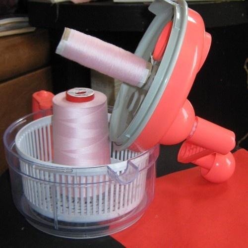 Faire des cônes supplémentaires pour surjeteuse : avec un tube en carton et une essoreuse !!! - http://dcomme.overblog.com