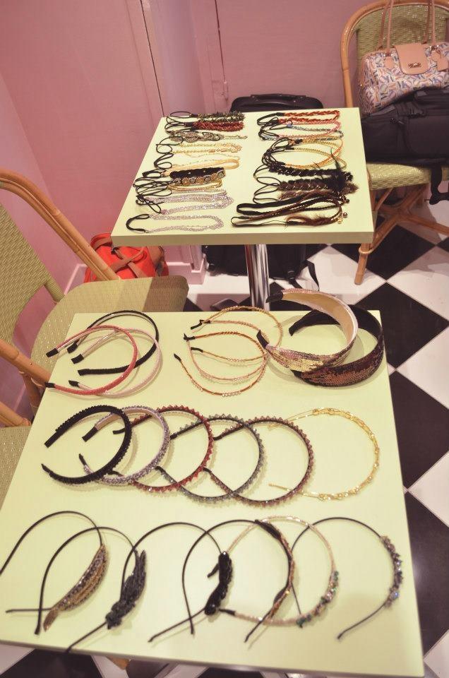 NOUVEAUTE : Headband ou serre-tête, que choisir? Un article sur ses nouvelles tendances!    Un très belle article sur un blog très sympa !     http://www.blog-mode-beaute.fr/headband-ou-serre-tete-que-choisir/