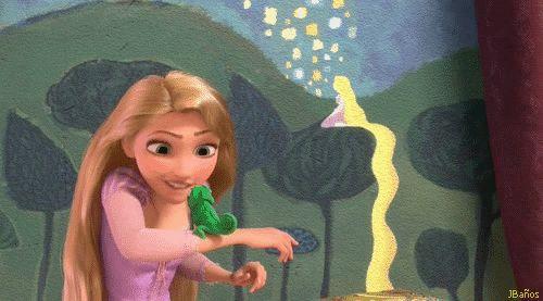 Rapunzel en la torre emocionada, hablando con pascal - Rapunzel - Llegó el momento. Hoy es un gran día, Pascal. Finalmente lo voy a hacer. Le voy a pedir permiso.
