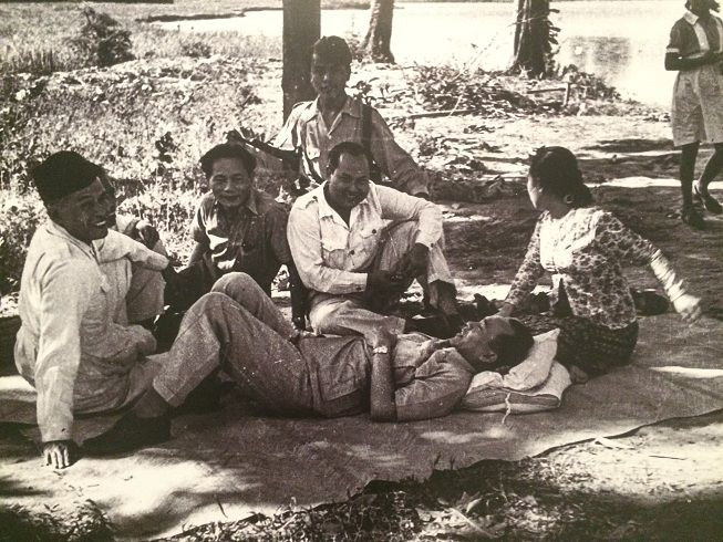 Presiden Soekarno dan Fatmawati sedang bersantai di sebuah desa, Juni 1947. (IPPHOS - Antara Foto).