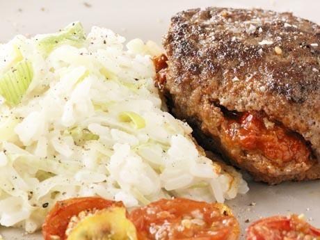 Ajvarbiffar med krämigt ris och ugnsrostade tomater Receptbild - Allt om Mat