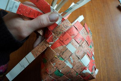 Weaving a basket from paper (Swedish)