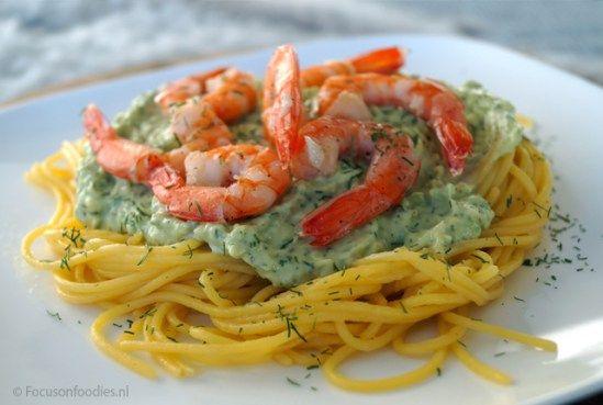 Glutenvrije spaghetti met garnalen en romige avocado saus