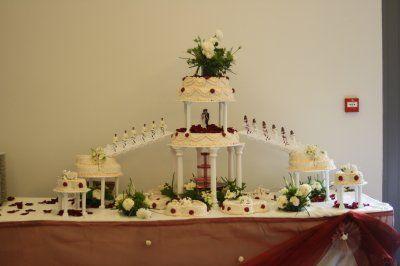 Moment clé de la cérémonie, le gâteau de mariage clôture le repas et apporte un moment de complicité entre les mariés. Le gâteau de mariage français est le plus souvent un croquembouche, ou pyramid...