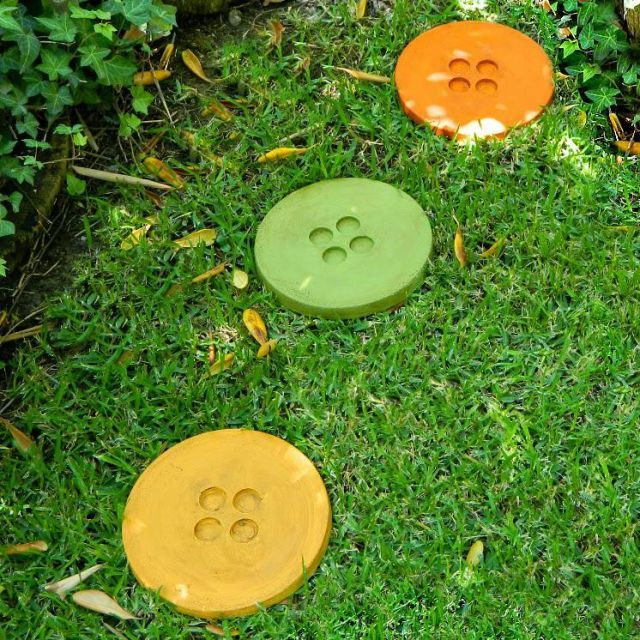 Lekfull trädgårdsgång med knappar