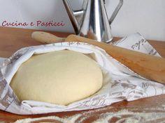 Questo impasto va bene per pizze e calzoni Ingredienti: 500 gr rimacinato di semola 250 ml circa acqua tiepida Una bustina di lievito di birrasecco 2 cucc