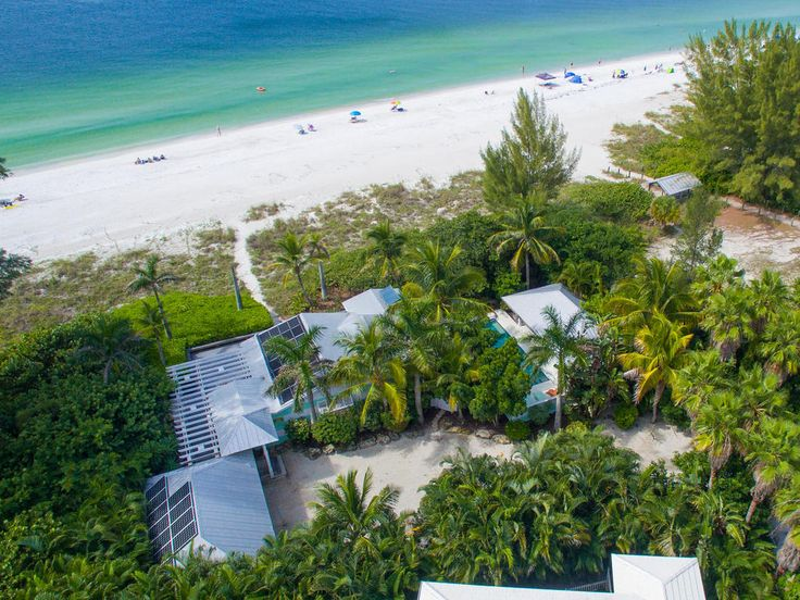 For the ideal beach holiday, Limefish's easy access to the Anna Maria Island's shores is the your best choice. Enjoy the sandy beaches and turquoise sea knowing your holiday home isn't too far away!
