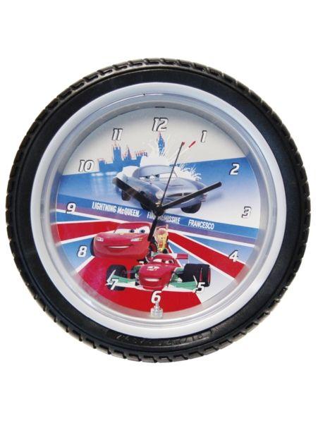 Mahtavan, auton rengasta muistuttavan Autot 2 -seinäkellon voi joko ripustaa seinälle tai laittaa pöydälle. 1,5 V AA-paristo ei sisälly pakkaukseen. Kellon halkaisija 24 cm.