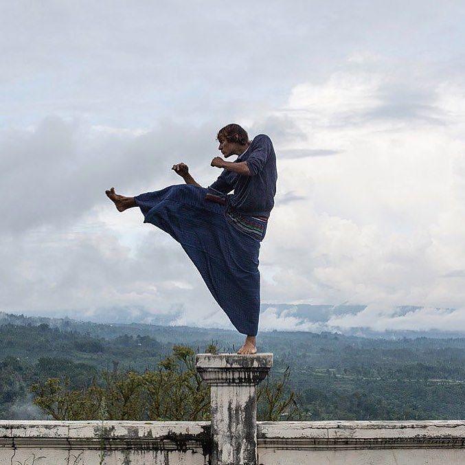 У меня кстати коричневый пояс по каратэ!)) следующий идет черный между прочим! спасибо родителям что отвели меня в секцию в первом классе! Можно теперь вот так исполнять катэ на крыше заброшенного отеля!))) #каратэ #travelgram #karate #fight #mortalcombat #me #fun #bedugulbali #bali #travel #picoftheday #bestoftheday #followme by tserevitinov