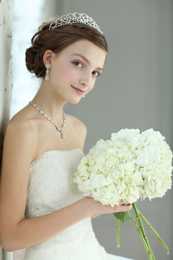 プリンセスになりたい花嫁の為のヘアアクセサリー♡『ティアラ』が可愛いブライダルヘア15選*にて紹介している画像