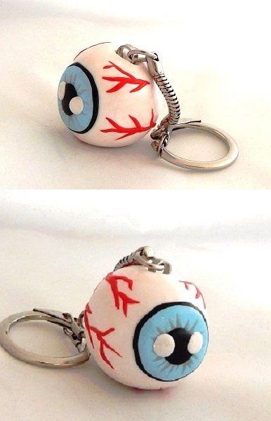 Ce porte-clefs sanguinolent gardera toujours un oeil sur vos clefs !! Porte-Clefs Oeil Bleu Sanguinolent et Globuleux en Fimo Pâte Polymère. Peut aussi s'accrocher à un sac. Matières : Pâte Polymère Fimo, Métal. Dimensions 3 cm