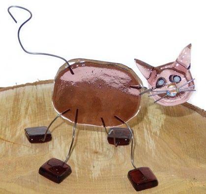 Grappige glazen kat van helder paars glas. Handgemaakt glazen object!