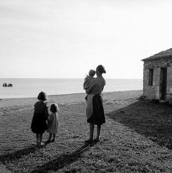 Μητέρα και τα παιδιά της μέσα από τον φακό του Δημήτρη Λέτσιου. MotherhoodLensesGreece