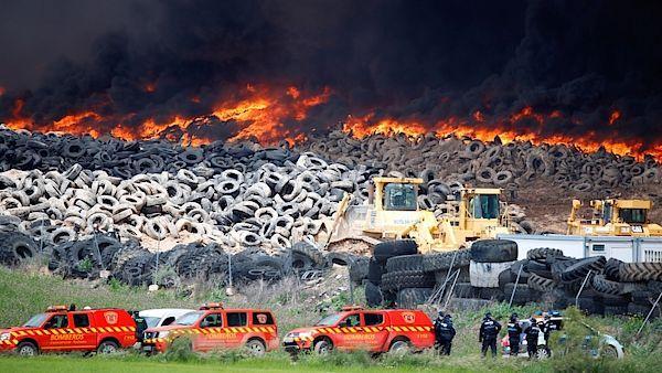 Hasiči u gigantické hromady pneumatik u Madridu