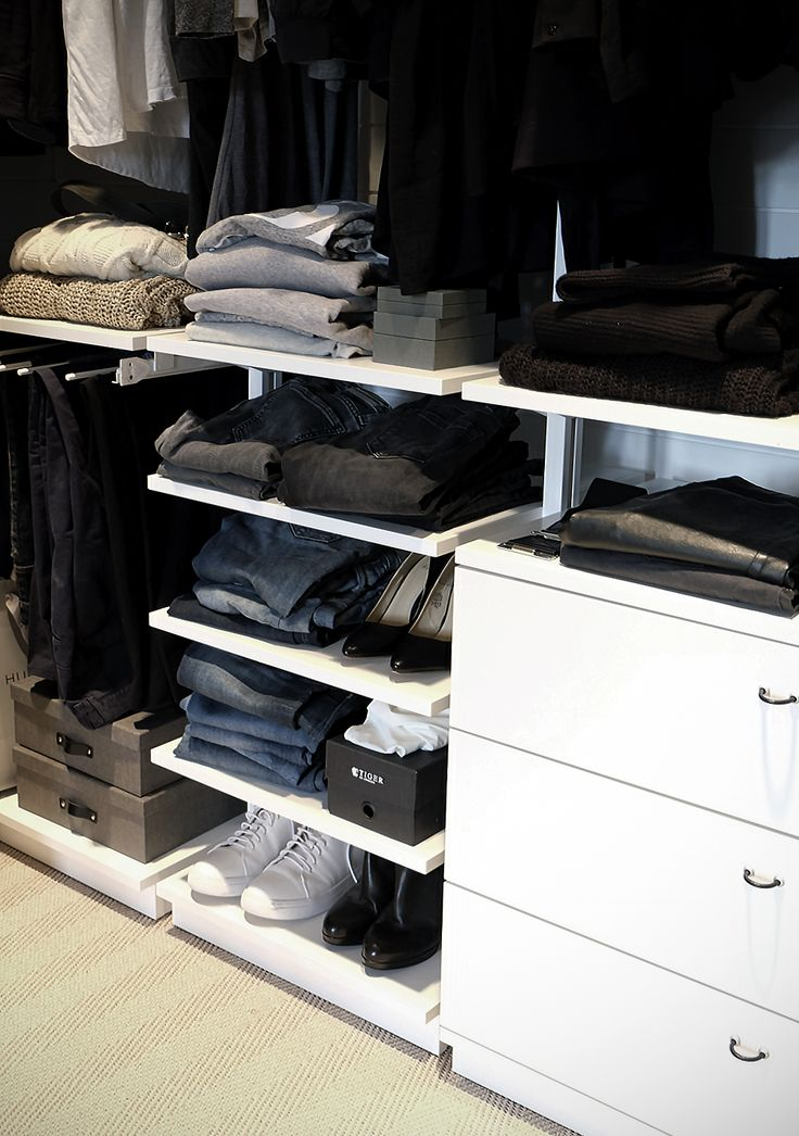 Some pictures with the results of our dressing room renovation. The content of the closet is still a work in progress ...