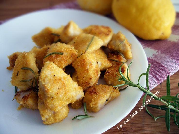 I bocconcini di pollo al limone e rosmarino sono un secondo piatto veloce e profumato, con farina di mais, limone e rosmarino