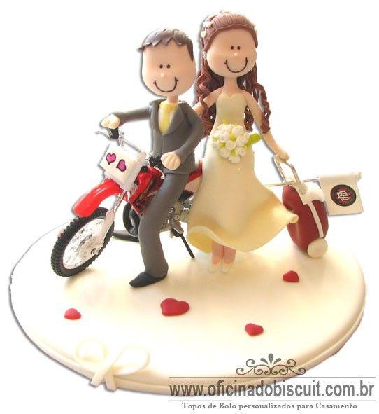 Topo de bolo noivinhos em biscuit com moto de trilha