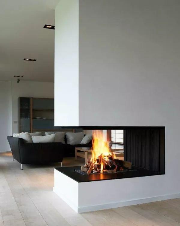 Idea camino aperto su tre lati a legna per una casa moderna. Parete divisorio soggiorno