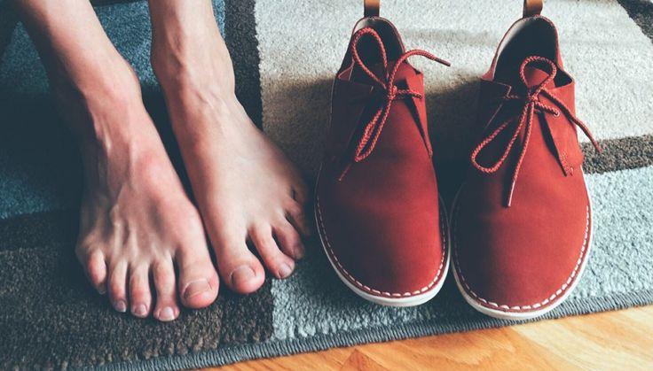 Cada vez que andas en casa con zapatos puestos, estás dejando que miles de bacterias y virus entren a tu hogar.