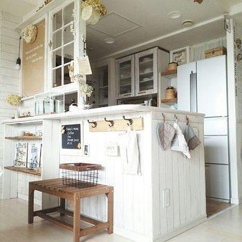 黒板や収納用のフックを付けたり・・・キッチンカウンターの壁面は、アイデア次第で色々な使い方ができます。コンパクトなベンチを置けば、インテリアとして可愛いだけでなく、踏み台として家事にも役立ちそう。使わない時は、カゴなどを置いて細々したものを収納しておくと便利。
