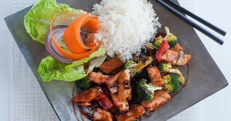 Wokad lax med grönsaker i teriyakisås. Så snabbt, så enkelt och SÅ gott!SmartPoints per portion: 8
