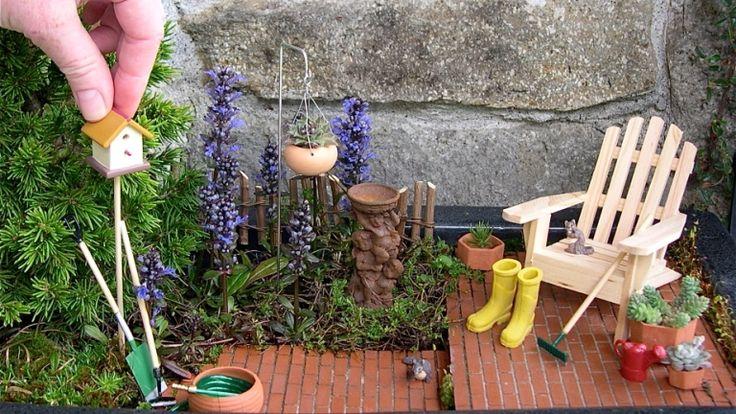 Ha csak ábrándozunk arról, hogy egyszer saját kertünk lesz, akkor a vágyainkat már most is kiélhetjük egyetlen virágcserépben. Egyre többen éreznek rá a miniatűr kertek szépségére, hiszen ezek az asztalon, a párkányon vagy az erkélyen is elférnek, de a kertet is feldobják, és olyan hatást keltenek, mintha titokzatos apró lények laknák őket.