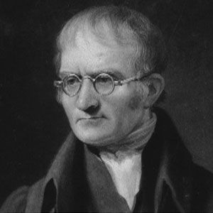 John Dalton (1766-1844). Foi um grande estudioso da constituição da matéria. ele estudou diferentes reações químicas, medindo as massas dos reagentes antes e depois das reações. criou uma notação nova para representar reações químicas que combinavam átomos diferentes...