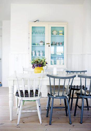 棚の背面だけに、ブルーをポイント使い♪ 小さなスペースから青色を取り入れるアイデアは、気軽に取り入れられそうですね。