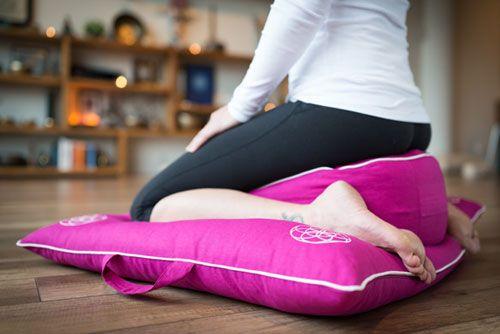 Zafu: Coussin de méditation et de yoga permettant une parfaite bascule du bassin et une assise stable; modèle rond, en V ou portatif.