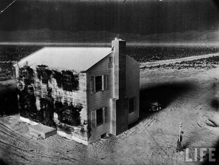 Dans les années 50 plusieurs tests avaient pour objectif de tester les effets d'une bombe nucléaire, pour cela plusieurs maisons, des voitures et des mannequins furent placés à différentes distances de bombes atomiques dans le Nevada. C'est lors de ces test que furent prises les images célèbres de la maison vaporisée par le souffle, mais …