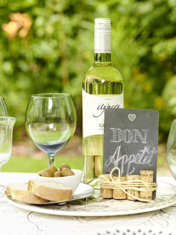 Wir feiern im Sommer unser eigenes Weinfest im Garten.