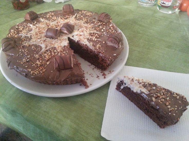 Torta Kinder Bueno Bimby, una golosa crostata morbida al cacao decorata con crema alla gianduia ed il vero kinder bueno! Ingredienti: 100 gr di farina...