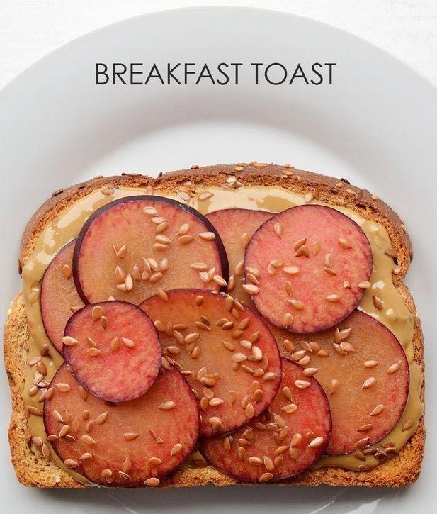 21 вариант приготовления необычных тостов на завтрак  Нарезанные сливы + арахисовая паста + семена льна