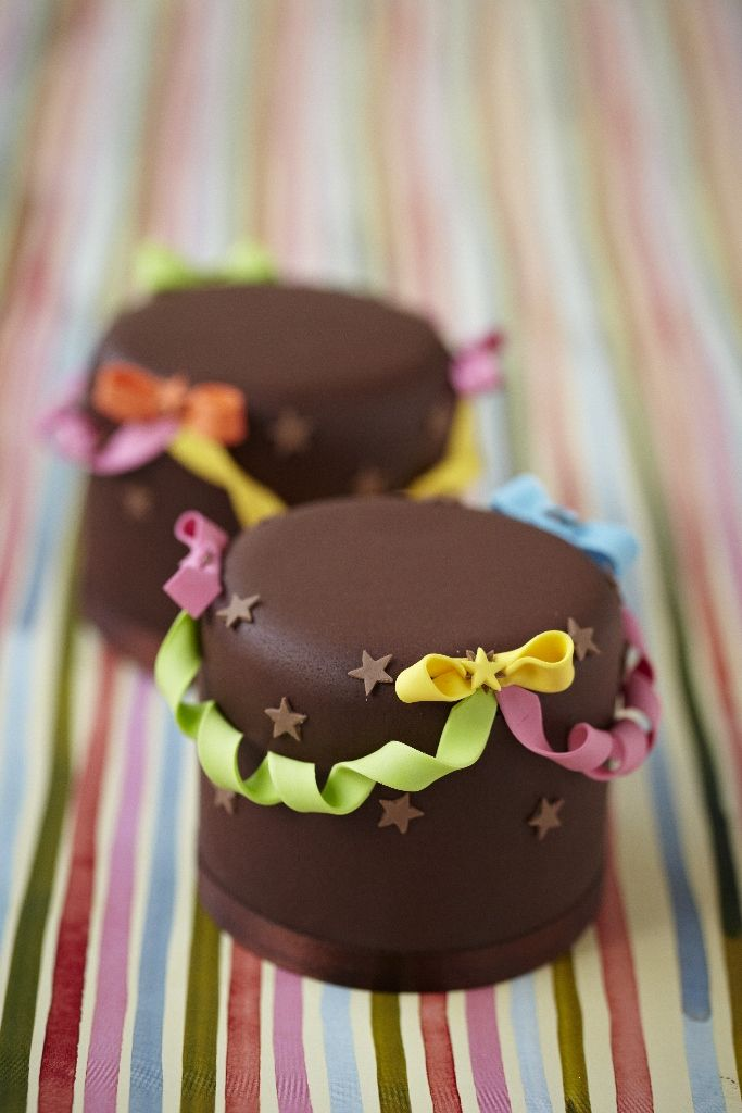 mini cakes.. what a cute design #girly For guide + advice on lifestyle, visit www.thatdiary.com