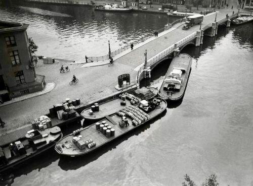 Dekschuiten bij Halvemaansbrug over de Amstel in Amsterdam. [1934].
