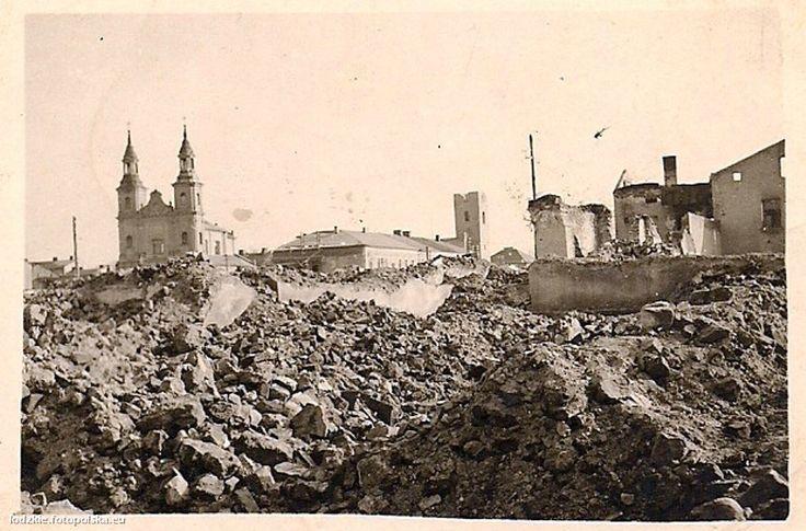 Wczesnym rankiem 1 września 1939 nad uśpiony Wieluń (Łódzkie), miasteczko położone 21 km od granicy z III Rzeszą nadleciały niemieckie samoloty i zrzuciły bomby. Według ustaleń historyków to tu miały spaść pierwsze bomby II wojny światowej - o godz. 4.40, a więc kilka minut wcześniej niż na Westerplatte. W wyniku nalotów na miasto zginęło ponad 1200 osób, a centrum Wielunia zostało zniszczone w 90 proc. Ogółem na miasto spadło 380 bomb o łącznej wadze 46 ton.