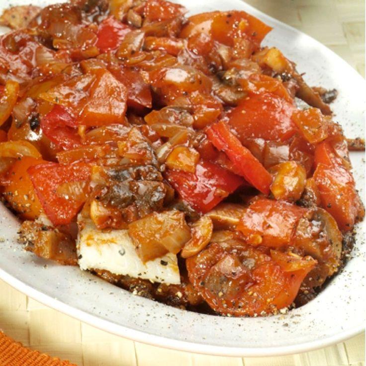 Powiem krótko: ja najbardziej ze słodyczy lubię śledzie :) Śledzie po węgiersku są przygotowane z papryką, przecierem pomidorowym i pieczarkami - pycha!