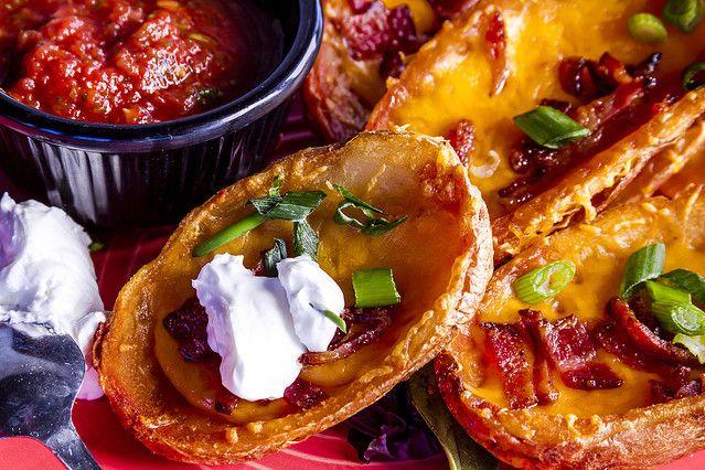 ポテトスキンとはアメリカで定番のおつまみのことで、じゃがいもをくり抜いて中にベーコンとチーズを入れて、オーブンで焼くというシンプルなものです。中身を変えて自分好みにアレンジ♪おもてなしにもぴったりなポ